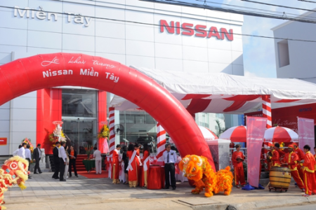 SHOWROOM OF WESTERN NISSAN